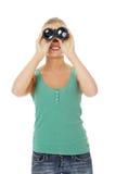 Muchacha adolescente con los prismáticos. Foto de archivo