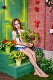 Muchacha adolescente con los vidrios que sostienen el ramo de flores Imágenes de archivo libres de regalías