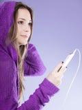 Muchacha adolescente con música que escucha del smartphone Imágenes de archivo libres de regalías
