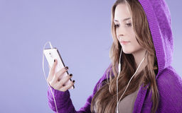 Muchacha adolescente con música que escucha del smartphone Imagen de archivo