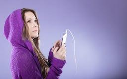 Muchacha adolescente con música que escucha del smartphone Fotografía de archivo libre de regalías