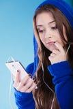 Muchacha adolescente con música que escucha del smartphone Fotos de archivo