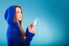 Muchacha adolescente con música que escucha del smartphone Imagen de archivo libre de regalías