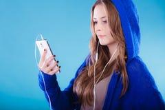 Muchacha adolescente con música que escucha del smartphone Foto de archivo