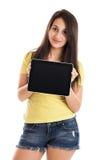 Muchacha adolescente con PC de la tablilla Imagenes de archivo