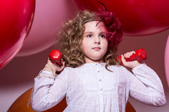 Muchacha adolescente con pesas de gimnasia rojas Fotos de archivo