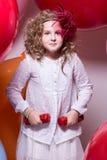 Muchacha adolescente con pesas de gimnasia rojas Fotografía de archivo libre de regalías