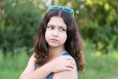 Muchacha adolescente con problemas de salud en naturaleza en verano Imagen de archivo libre de regalías