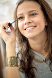 Muchacha adolescente con rimel Imagen de archivo libre de regalías