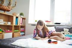 Muchacha adolescente con smartphone Fotografía de archivo libre de regalías