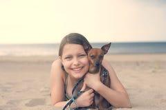 Muchacha adolescente con su perrito Imagenes de archivo