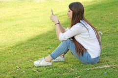 Muchacha adolescente con su teléfono móvil Imagen de archivo
