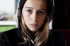Muchacha adolescente con sudadera con capucha Imagen de archivo libre de regalías