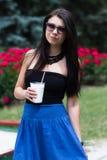 Muchacha adolescente con un batido de leche el día de verano Fotografía de archivo