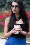Muchacha adolescente con un batido de leche el día de verano Fotos de archivo