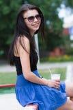 Muchacha adolescente con un batido de leche el día de verano Imágenes de archivo libres de regalías