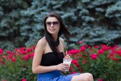 Muchacha adolescente con un batido de leche el día de verano Fotos de archivo libres de regalías