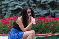 Muchacha adolescente con un batido de leche el día de verano Fotografía de archivo libre de regalías