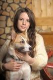 Muchacha adolescente con un perro Fotos de archivo libres de regalías