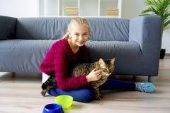 Muchacha adolescente con un gato Foto de archivo libre de regalías