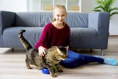 Muchacha adolescente con un gato Fotos de archivo