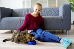 Muchacha adolescente con un gato Fotos de archivo libres de regalías