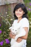 Muchacha adolescente con un gato en el parque Naturaleza Fotos de archivo libres de regalías