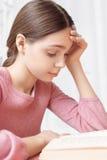 Muchacha adolescente con un libro Fotos de archivo