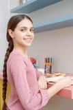 Muchacha adolescente con un libro Imagenes de archivo