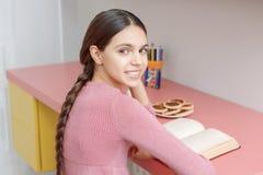 Muchacha adolescente con un libro Fotos de archivo libres de regalías