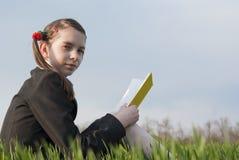 Muchacha adolescente con un libro amarillo Foto de archivo libre de regalías