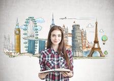 Muchacha adolescente con un libro que sueña con viaje Fotos de archivo