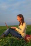 Muchacha adolescente con un ordenador portátil Fotografía de archivo