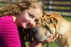 Muchacha adolescente con un perro Fotografía de archivo libre de regalías