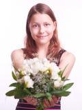 Muchacha adolescente con un ramo de flores Imágenes de archivo libres de regalías