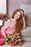 Muchacha adolescente con un ramo de flores Fotografía de archivo libre de regalías