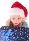 Muchacha adolescente con un regalo del Año Nuevo Fotos de archivo libres de regalías
