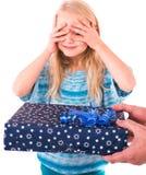 Muchacha adolescente con un regalo del Año Nuevo Imagen de archivo