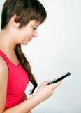 Muchacha adolescente con un teléfono móvil Imagenes de archivo