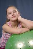 Muchacha adolescente con una bola Imagen de archivo libre de regalías
