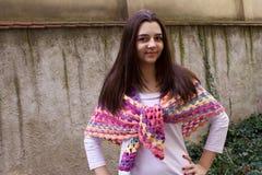 Muchacha adolescente con una bufanda del ganchillo Imagen de archivo