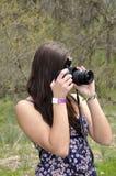Muchacha adolescente con una cámara Imágenes de archivo libres de regalías