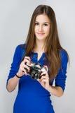 Muchacha adolescente con una cámara de la foto. Foto de archivo libre de regalías