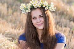 Muchacha adolescente con una guirnalda de margaritas Imágenes de archivo libres de regalías