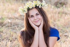 Muchacha adolescente con una guirnalda de margaritas Fotografía de archivo libre de regalías