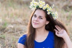 Muchacha adolescente con una guirnalda de margaritas Fotografía de archivo