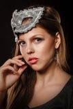 Muchacha adolescente con una máscara del maquillaje y de la mascarada de la tarde Imágenes de archivo libres de regalías