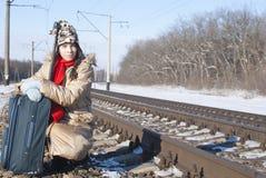 Muchacha adolescente con una maleta al aire libre Foto de archivo libre de regalías