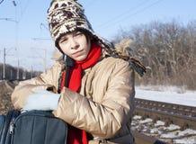 Muchacha adolescente con una maleta al aire libre Fotos de archivo