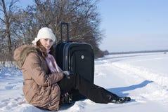 Muchacha adolescente con una maleta al aire libre Imagen de archivo libre de regalías